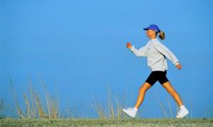 Ходьба показана для профилактики простуды, высокого холестерина гипертонии