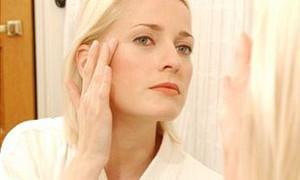 Увлажняющий крем поможет даме справиться с аллергией