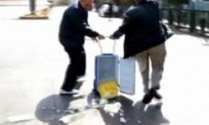 Кадр из видео, опубликованного The Daily Telegraph Пациентка с выпавшим на землю донорским сердцем выписана из больницы