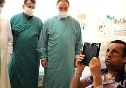 Новое «немолодое» лицо в 19 лет: юноша впервые увидел себя в зеркале после операции