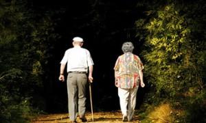 Медленная ходьба оказалась ранним признаком слабоумия