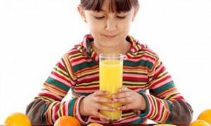 Британские стоматологи призвали давать детям меньше фруктового сока