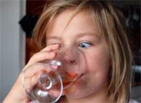 Подслащенные сахаром напитки не замещают молоко в детской диете