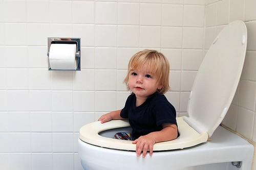 Приучать ребенка к горшку до трех лет опасно для его здоровья