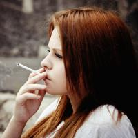 Курение в подростковом возрасте разрушает женские кости