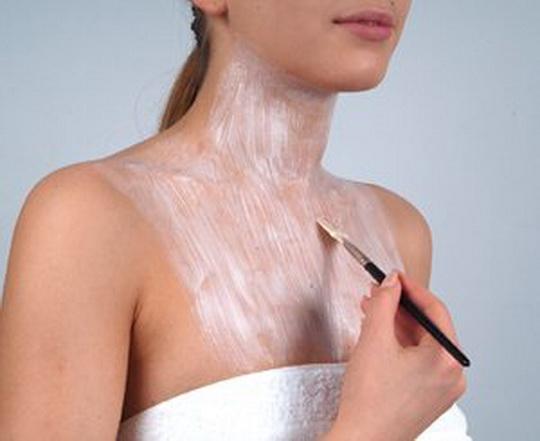 Как нужно очищать и питать кожу лица и шеи