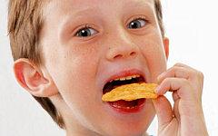 Исследователи доказали пагубное влияние чипсов на развитие детского мозга