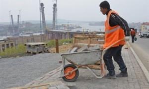 Работодателям хотят запретить оформлять мигрантов без полиса