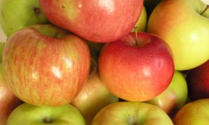Яблоки защищают женщин от болезней сердца