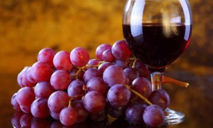 Красное вино и виноград помогут в лечении угревой сыпи
