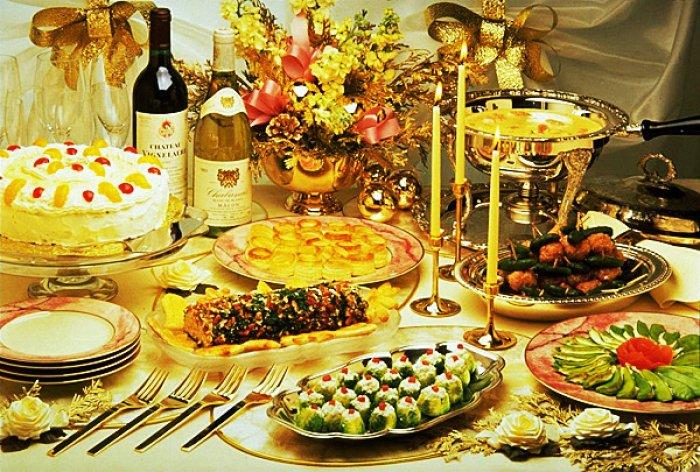 Обильная пища и спиртное в новогодние праздники к расстройству пищеварения не приведут