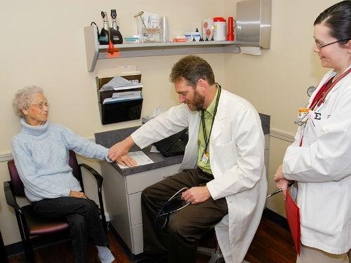 Рекорды скорости: врачи о новых нормах приема в 15 минут