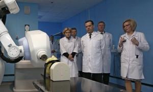 Медведев поручил проработать поправки о создании резерва в бюджете ФОМС