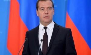 Медведев пообещал не сокращать расходы ФОМС на оказание медпомощи