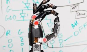 Разработан протез руки, позволяющий вернуть осязание