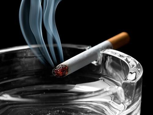 Курение провоцирует боли в шее