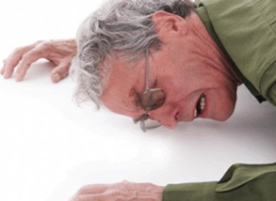 Падения пожилых людей чаще всего происходит из-за проблем с коленями
