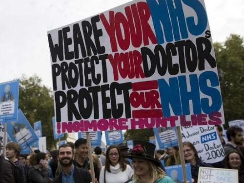 Почти три тысячи операций отменены в Великобритании из-за забастовки молодых врачей