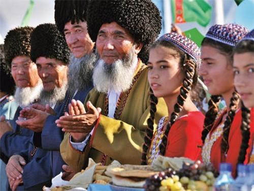 В Туркменистане запретили рекламу медикаментов