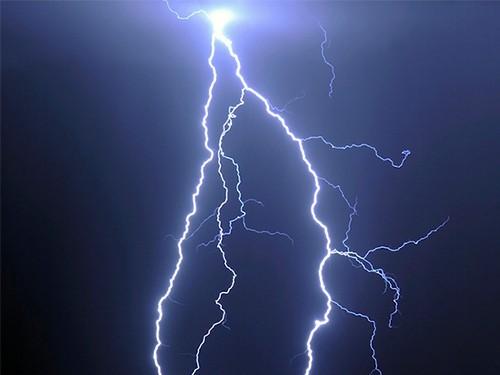 Мужчину, в которого попала молния, спасли его радио и пенис