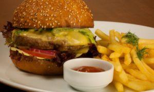 Жирная пища повышает риск развития некоторых типов рака груди