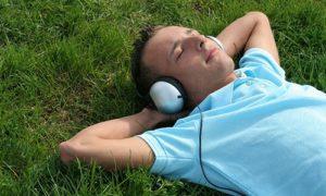 Страдающим бессонницей поможет музыка