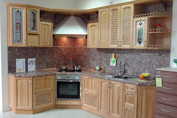 Необычайный дизайн и столь же актуальное техническое использование — угловая вытяжка, в каждую кухню.