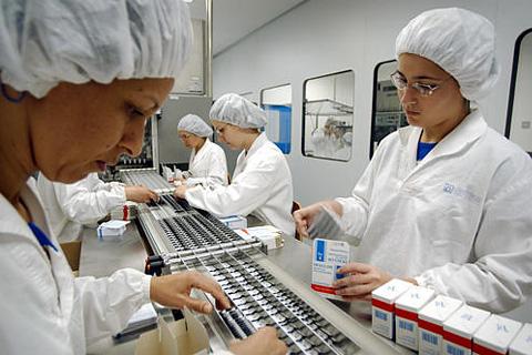 Фармкомпании продолжают снижать цены по требованию ФАС