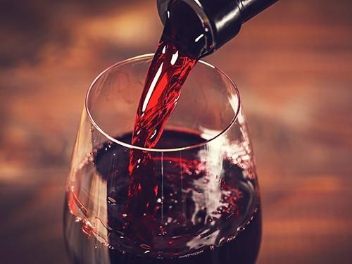 Бокал вина за ужином не спасает от инфаркта и инсульта (и увеличивает риск рака)