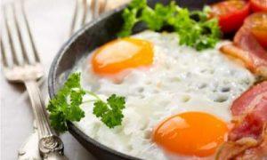 Диетологи советуют начинать день с яичницы