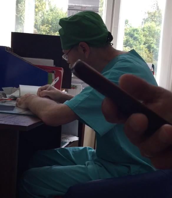 Смолянка сообщила о пьяном травматологе, ведущем прием пациентов