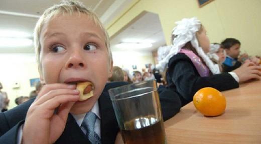 В нескольких школах Смоленска выявили проблемы с питанием учащихся