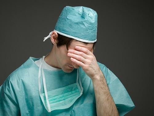 Смоленский врач укусил полицейского за ногу, отчего тот сломал руку