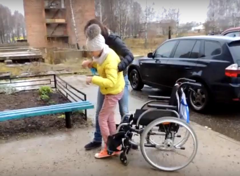 Девочку-инвалида из райцентра Смоленской области переселили в дом без пандуса