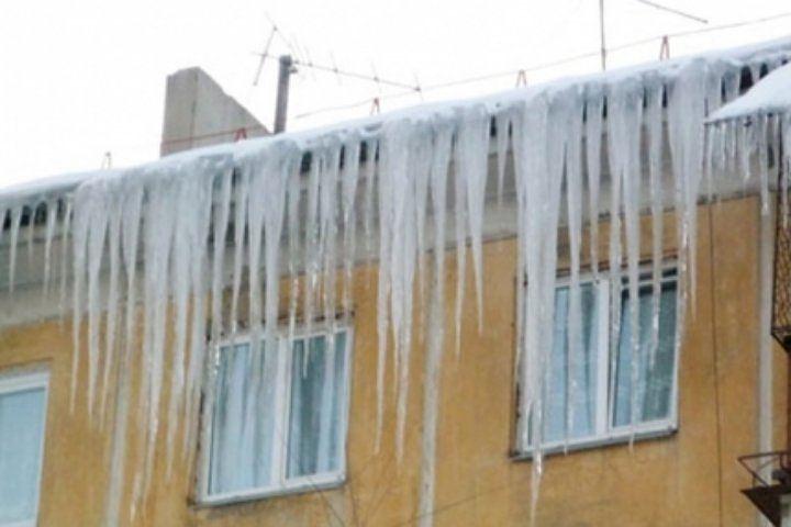 Рабочий, сорвавшийся сегодня с крыши в Смоленске, умер в больнице