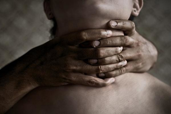 Смолянин пытался «успокоить» подругу удушением и убил ее