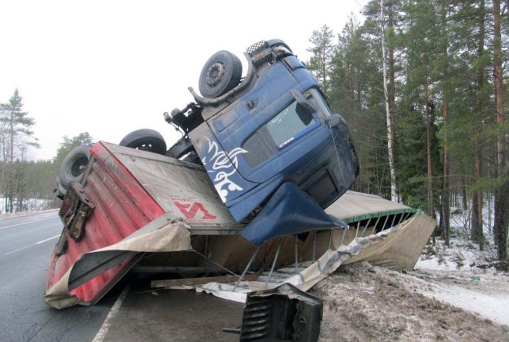 В страшном ДТП на федеральной трассе под Смоленском погиб водитель грузовика