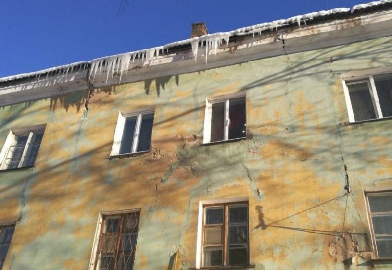 Сосулька едва не убила мужчину в Смоленской области