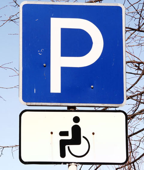 В Смоленске водители, припарковавшие свои авто на местах для инвалидов, заплатят по пять тысяч рублей