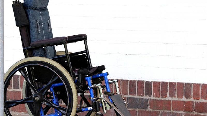 В Смоленске мошенники оставили инвалида без специального кресла