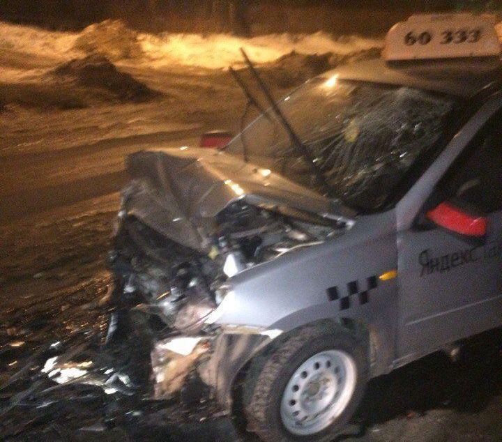 «Таксиста на скорой увезли». В Смоленской области произошло жесткое ДТП