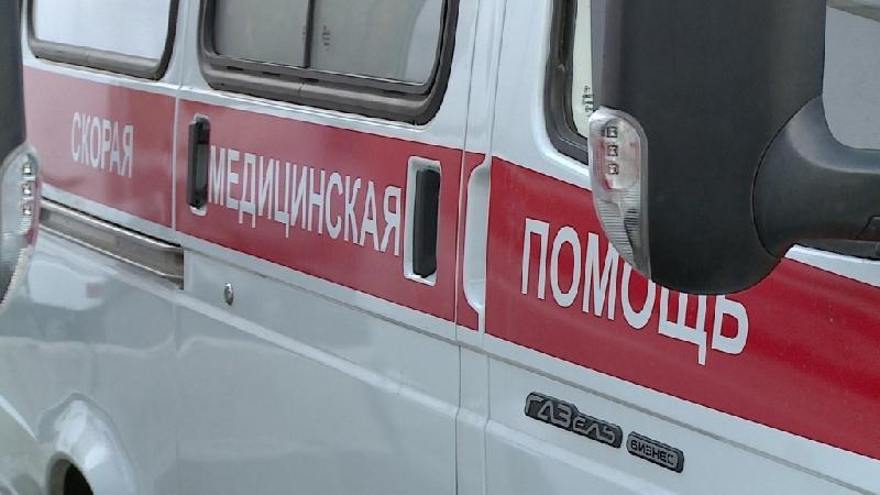 В Смоленской области иномарка врезалась в бордюр: два человека пострадали