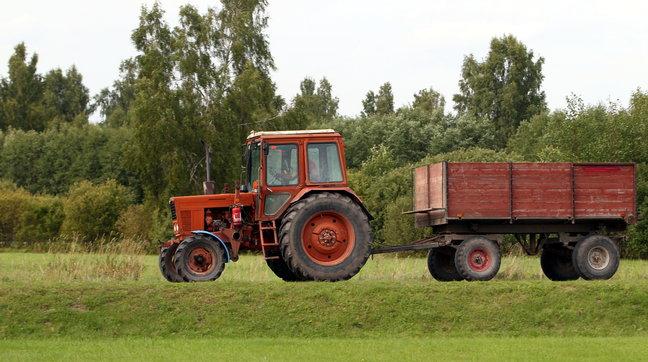 На ферме в Смоленской области под колесами трактора погиб мужчина