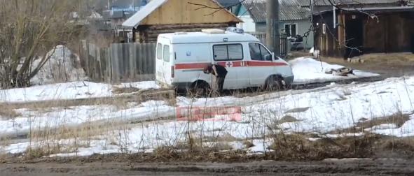 В Смоленской области водителю пришлось откапывать «Скорую». В Сеть попало видео