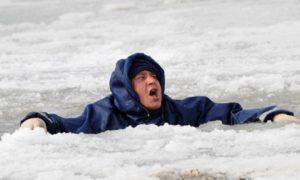 Смолянин провалился под лед, проверяя его толщину