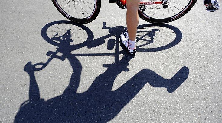 В Смоленске велосипедист сбил женщину: ее госпитализировали с переломом ребер