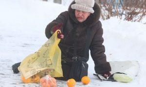 В Смоленске водители бросились на помощь упавшей бабушке