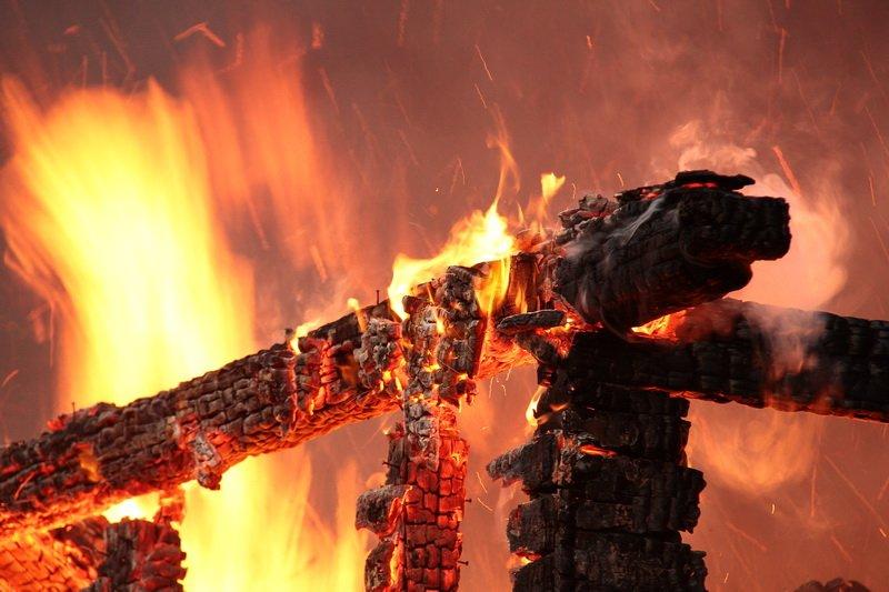 В смоленской деревне в сгоревшем доме обнаружили тела двух мужчин
