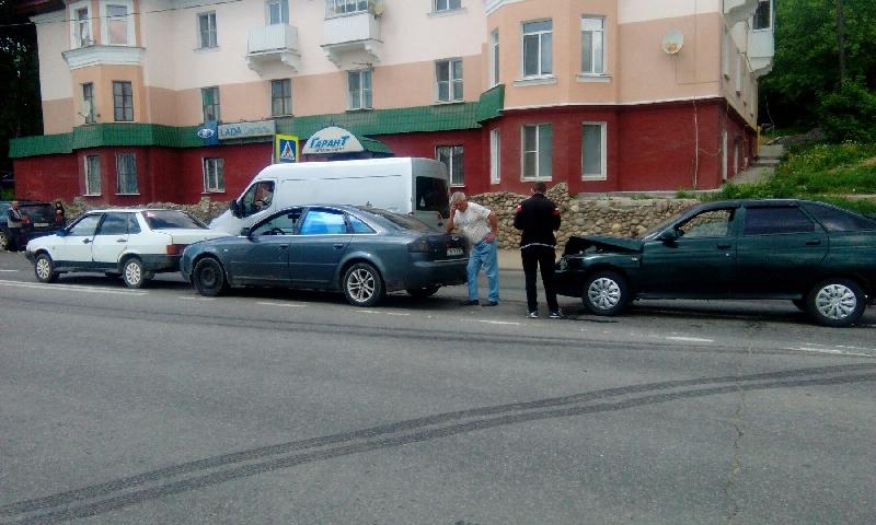 В Смоленске на Витебском шоссе произошло тройное ДТП