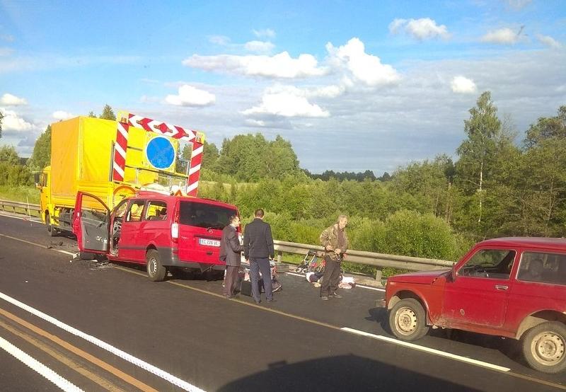 Погибли взрослые, пострадали дети. В Смоленской области произошло ужасное ДТП с микроавтобусом